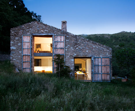dezeen_Off-Grid-Home-in-Extremadura-by-Abaton_1